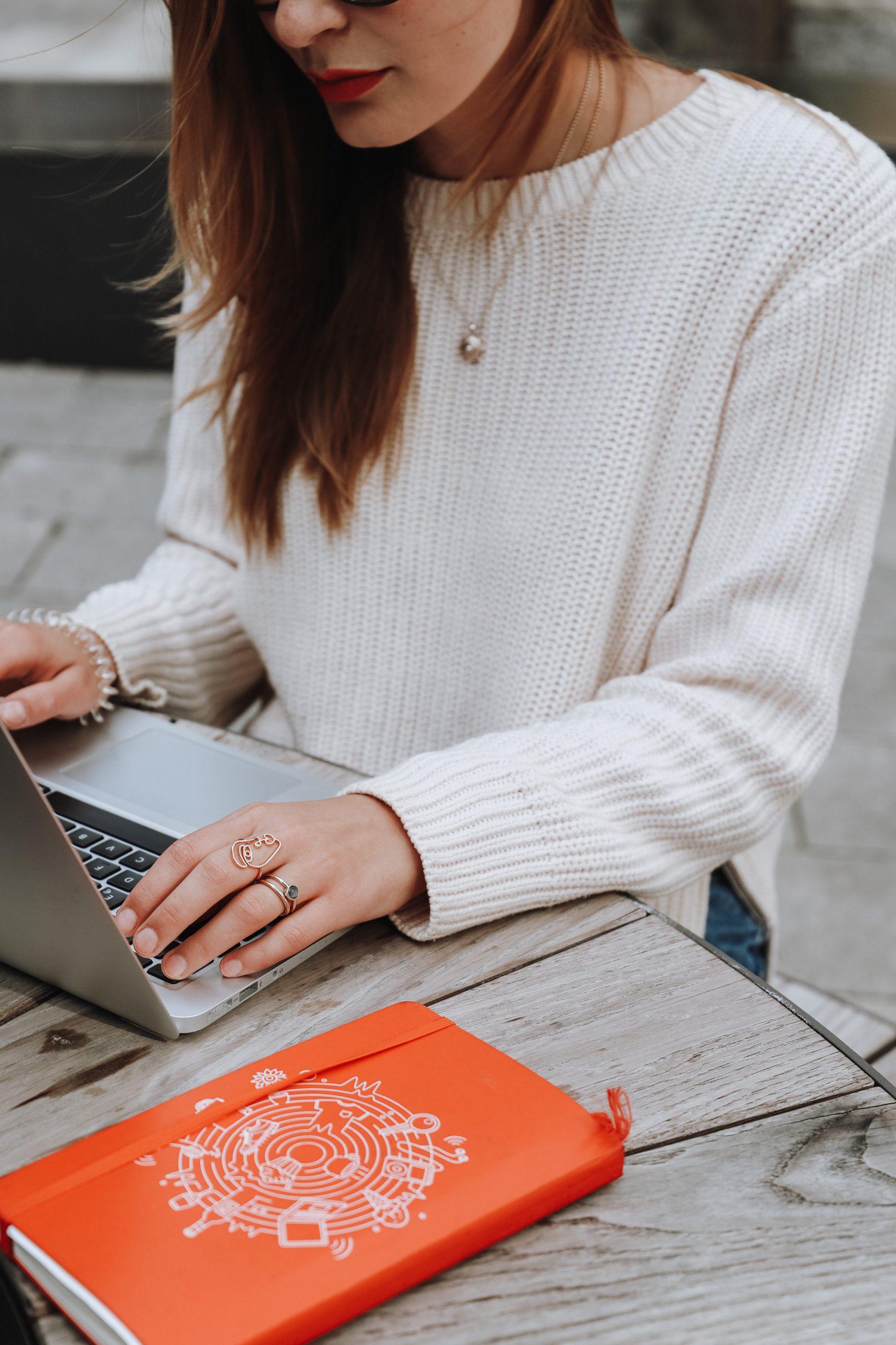 Frau mit Laptop am Tisch, trotz Lockdown Kunden gewinnen